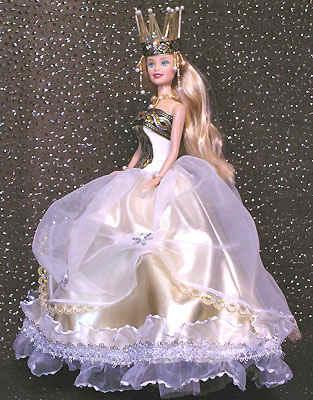 Голову украшает корона из жаккардовой ленты, снежинки с жемчужиной и сплетенных из бисера и стекляруса зубцов.